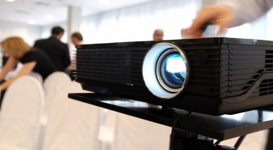 Навіщо потрібно орендувати проектор на весілля?